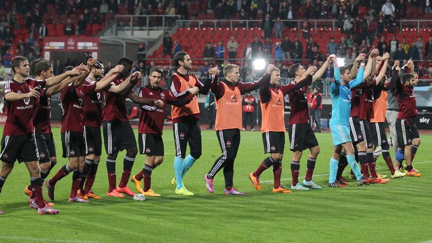 Sieben Punkte aus den letzten drei Spielen: Der Club arbeitet sich langsam aber sicher aus der Krise heraus. Gemeinsam mit ihrem Anhang feiern die Spieler den Erfolg ausgelassen.