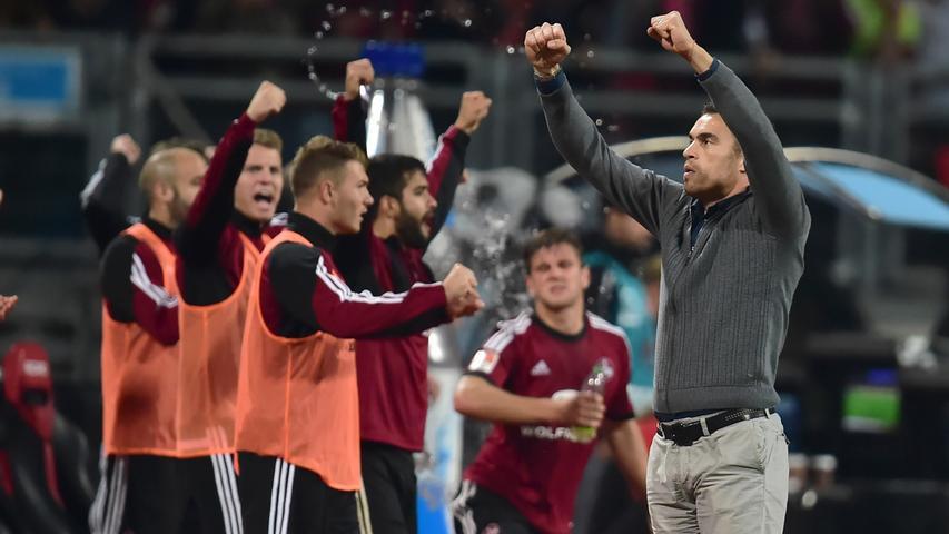 Der 1. FC Nürnberg schlägt RB Leipzig mit 1:0. Coach Ismael reckt die Siegerfäuste in den fränkischen Nachthimmel.