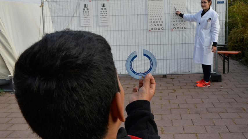 Flüchtlinge am Westbad: Ärzte untersuchen Kinder ehrenamtlich