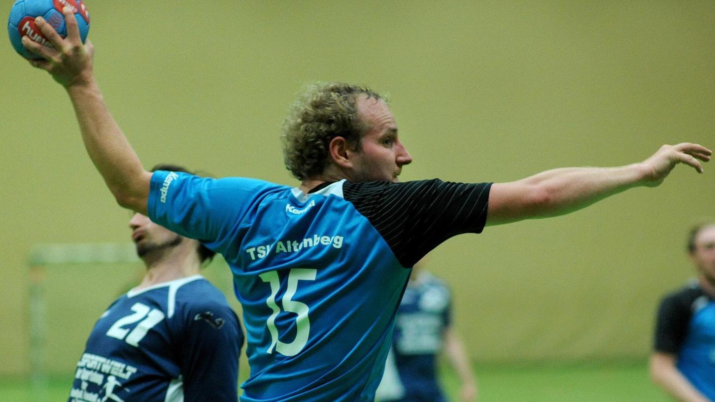Der Altenberger Johann Börger setzt im Derby gegen die HG/HSC Fürth zum Wurf an, zweimal war er damit erfolgreich.