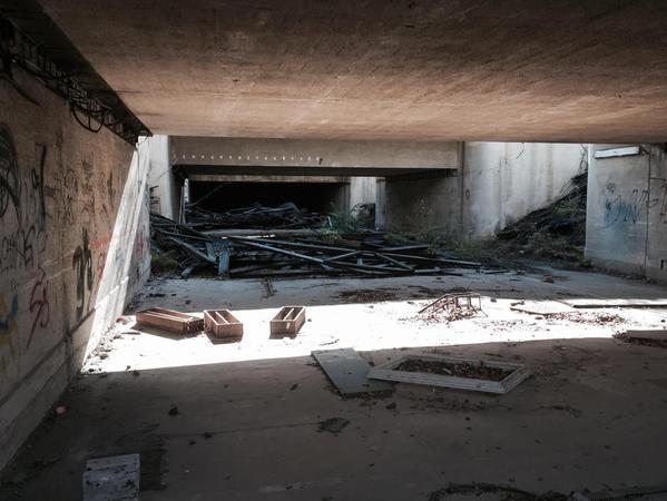 Der nicht zugängliche zweite Tunnel, der unter den Gleisen verläuft, wurde von der Bahn zugemauert.