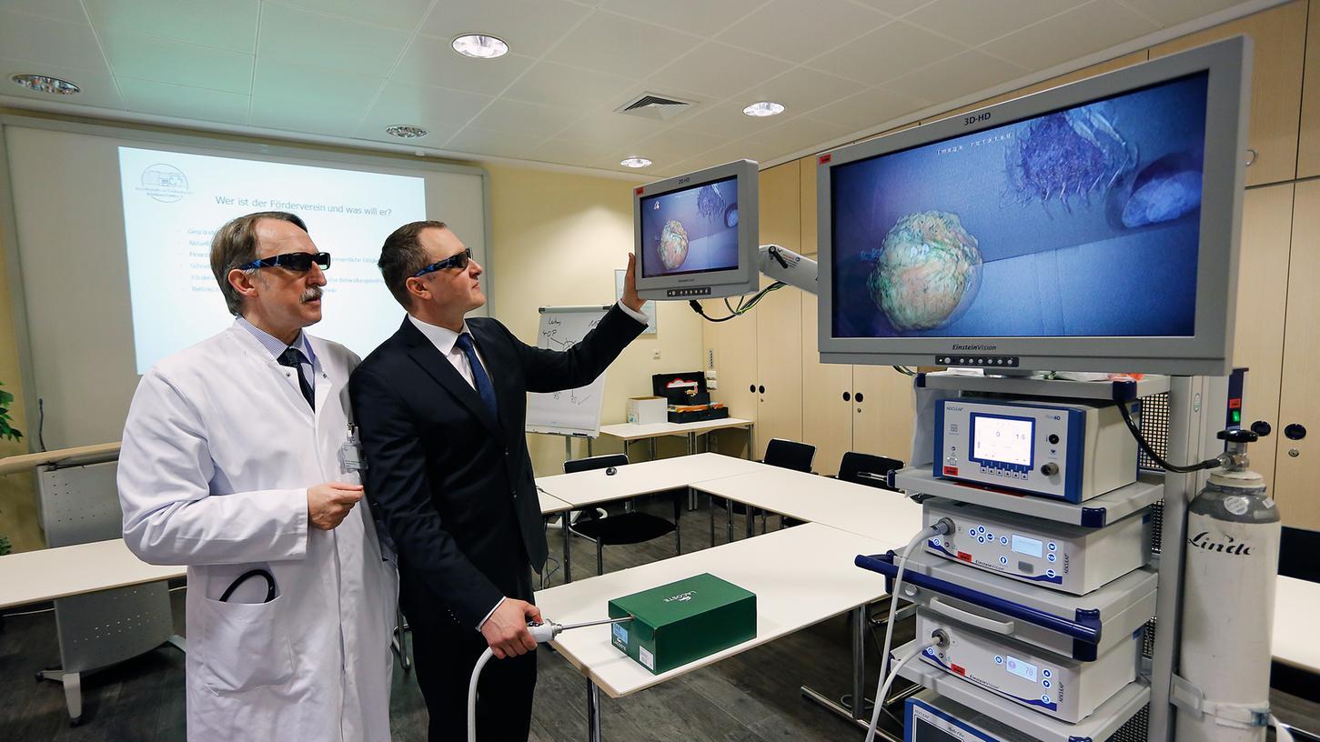 Prof. Dr. Holger Rupprecht und Dr. Marius Ghidau inspizieren die 3D-Bilder von einem der neu angeschafften OP-Türme. Nachdem bisher nur die Urologie über ein solches Gerät verfügte, können jetzt alle operativen Bereiche darauf zurückgreifen.