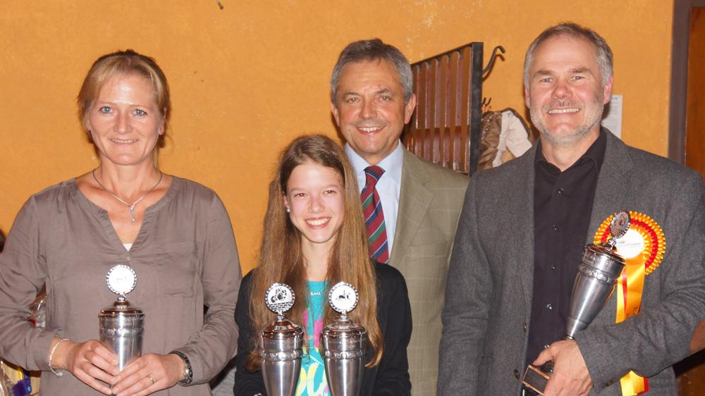 Siegerehrung mit Landratstellvertreter: Robert Westphal zeichnete die Kreismeister Stephanie Teschner, Doppelsiegerin Nathalie Ulbrich und Hubert Schweinesbein (von links) im Ellinger Casino aus.