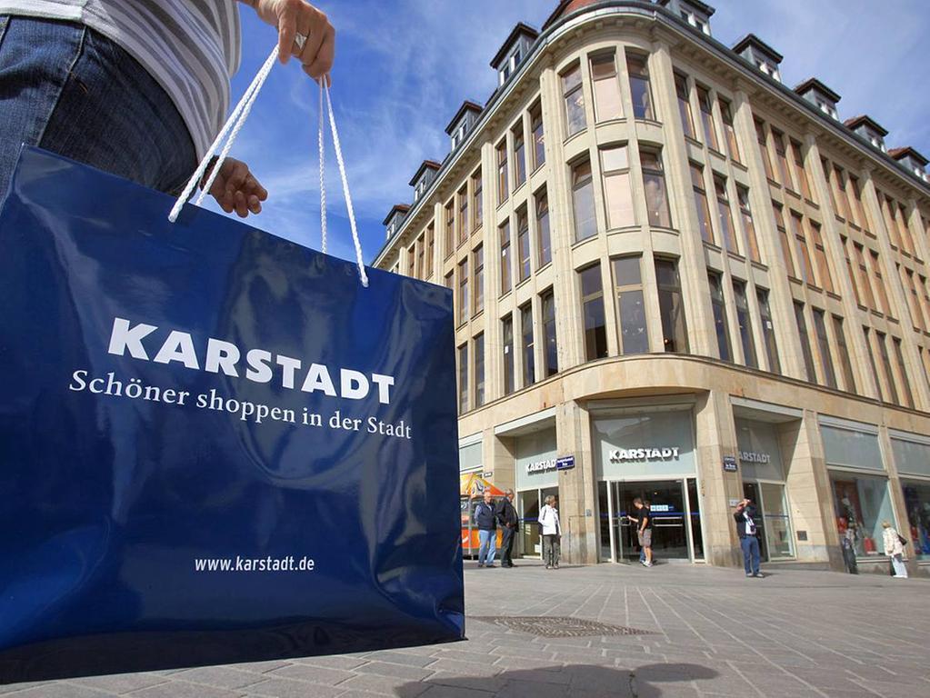 Gegründet wurde Karstadt in Wismar an der Ostseeküste. Damals war Handeln üblich, das Unternehmen aber ging einen anderen Weg. Mit günstigen Festpreisen expandierte Karstadt schnell. Noch heute erinnert ein Museum im Wismaerer Stammhaus an die Anfänge.