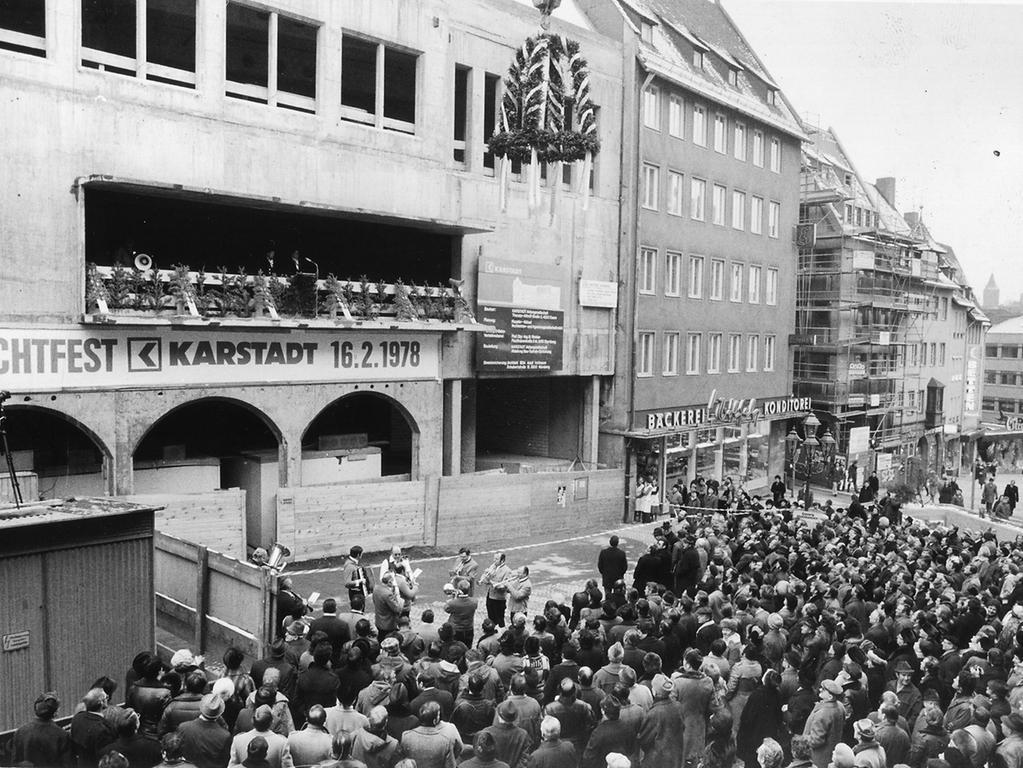 Bis Karstadt aber in Nürnberg ankam sollte noch einige Zeit vergehen. An der Lorenzkirche eröffnete das Warenhaus am 16. Februar 1978.