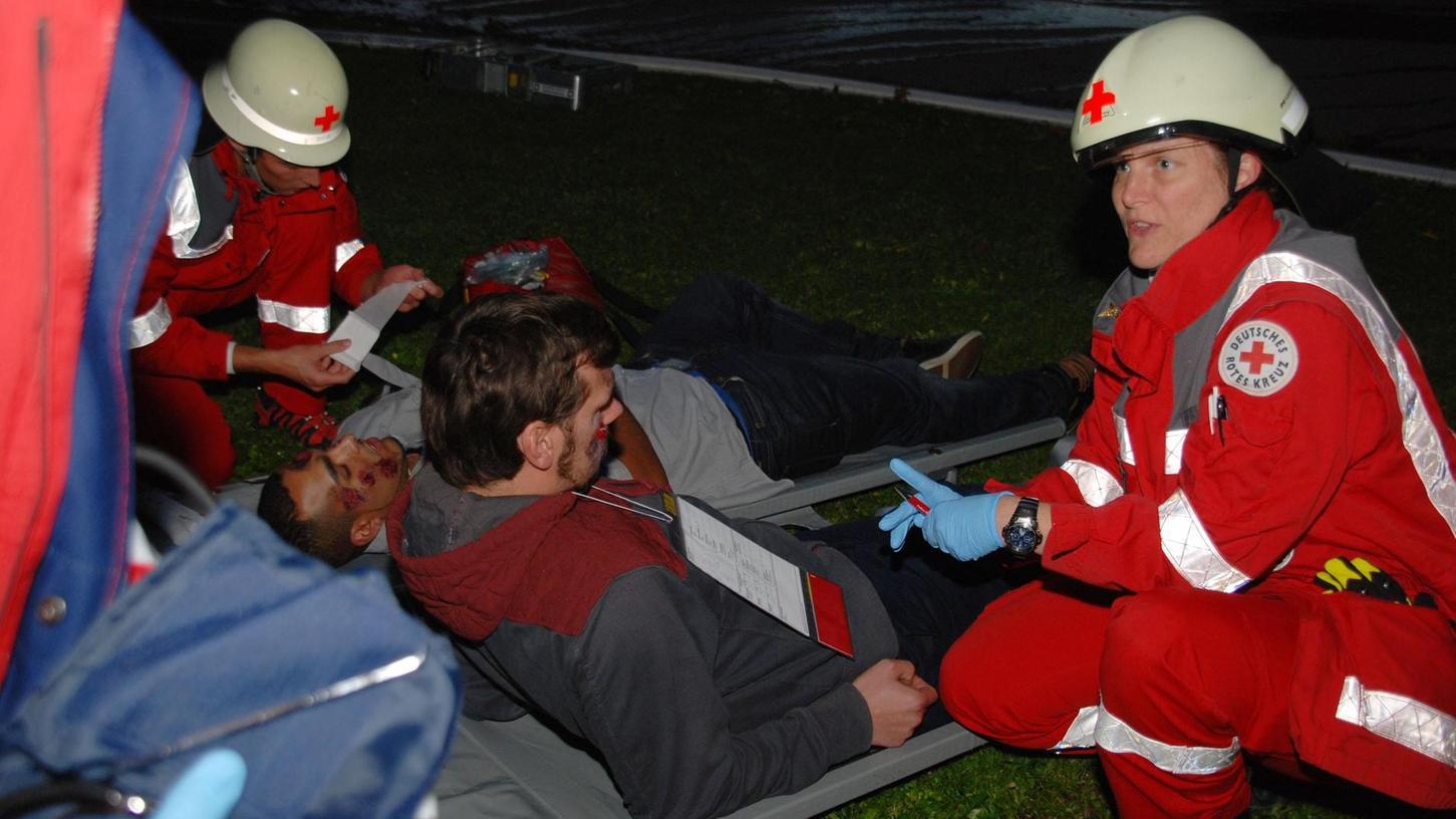 An der Fachklinik Weihersmühle bei Großhabersdorf haben Rot-Kreuz-Helfer die Erstversorgung der drastisch geschminkten Unfallopfer-Darsteller übernommen.