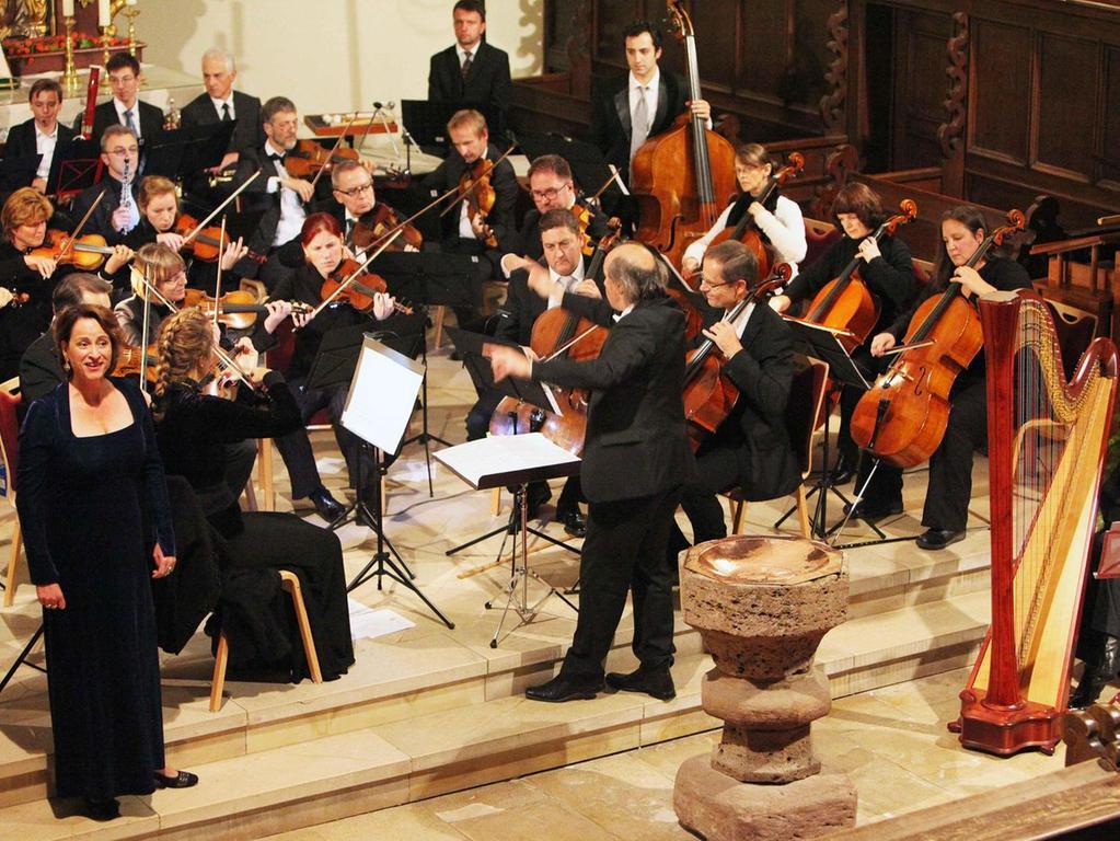 Die Solistin Sabine Fulda (li.) unterstützte gesanglich das Schwabacher Kammerorchester unter der Leitung von Vladimir Kowalenko beim Festkonzert.