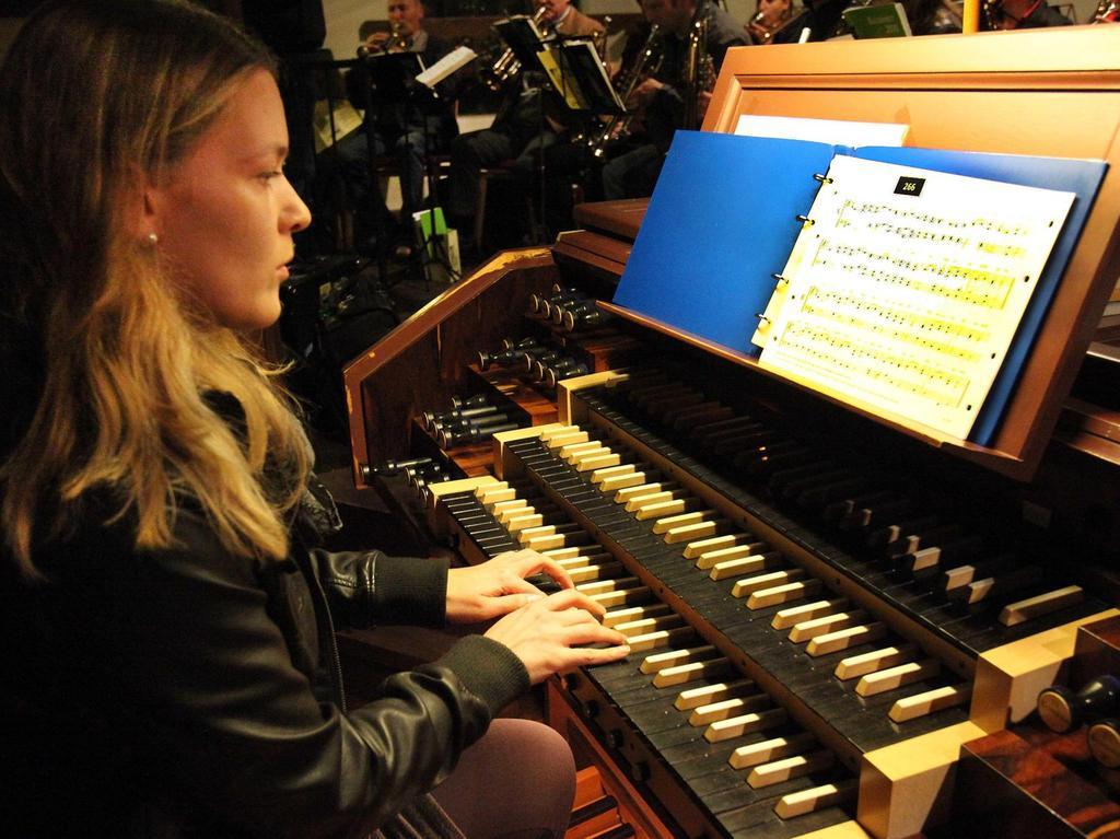 Organistin Evi Auerbach ließ der Phantasie der Besucher des Schlussgottesdienstes mit ihrer Orgelmeditation freien Lauf.