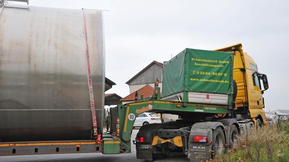 Schwertransporter blockiert Durchfahrt: Laster steckte fest
