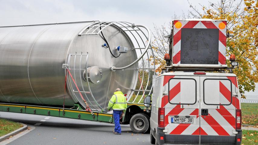 Motiv: Ein Schwertransport , beladen mit einem Silo für Kunststoffgranulat  bleibt Hydraulikdefekt kurz vor seinem Ziel, der Fa. Geobra in Dietenhofen  (Große Höhe) hängen..Foto: Mark Johnston