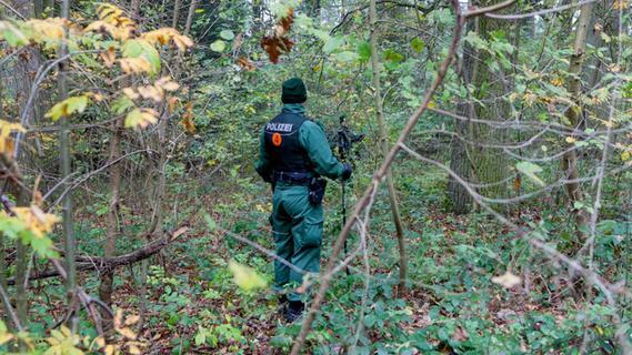 Hundertschaften suchen Waldstück nach Brandstifter ab