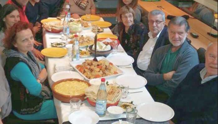 Die Flüchtlinge bedankten sich bei den ehrenamtlichen Helfern mit einem Abendessen.