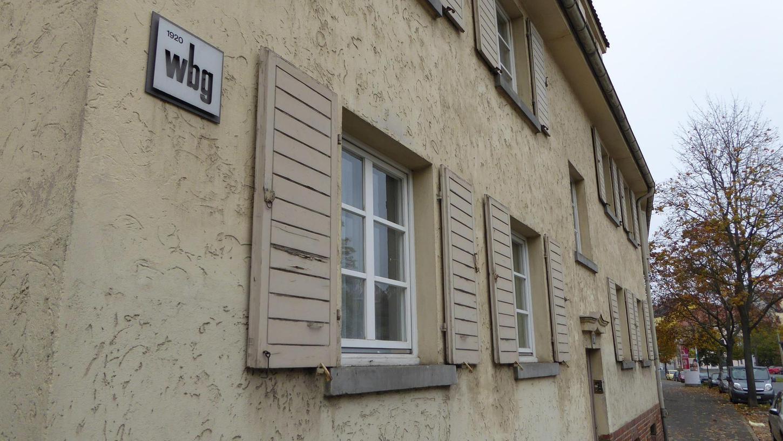 Die wbg-Häuser (hier die Fassaden an der Pillenreuther Straße) sollen abgerissen werden. Die jetzigen Bewohner wollen das aber nicht klaglos hinnehmen und fordern ein Rückkehrrecht.