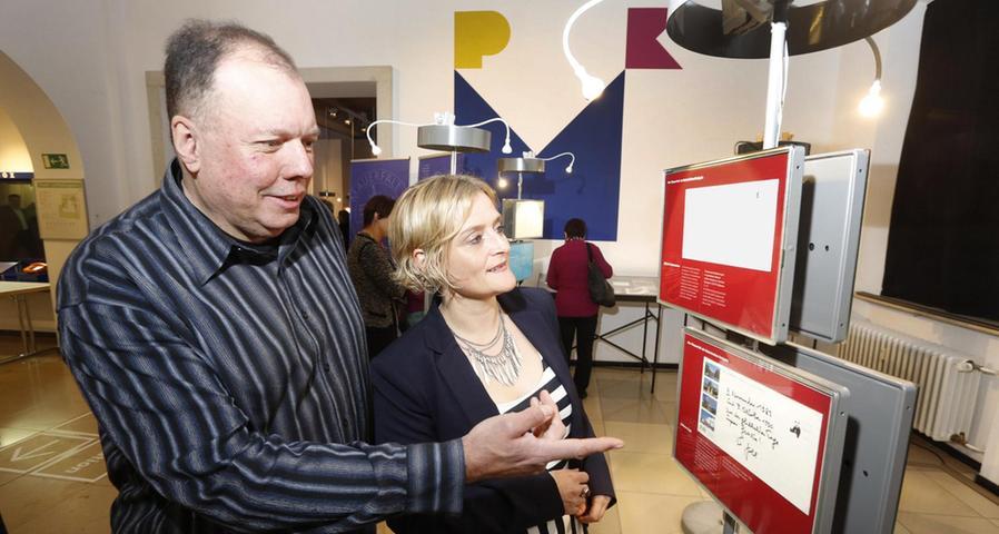 Im Museum für Kommunikation in Nürnberg ist derzeit zum Anlass der 25. Jährung des Mauerfalls eine Austellung zu sehen, bei der die Erinnerungen von knapp 50 Prominenten an das Event auf Postkarten zu lesen sind. Der Erlanger Roland Nagengast hat die Sammlung zusammengetragen. Unter den Persönlichkeiten befinden sich Angela Merkel, Helmut Kohl aber auch Michail Gorbatschow. Die Austellung wird bis zum 8. Februar bestehen bleiben.