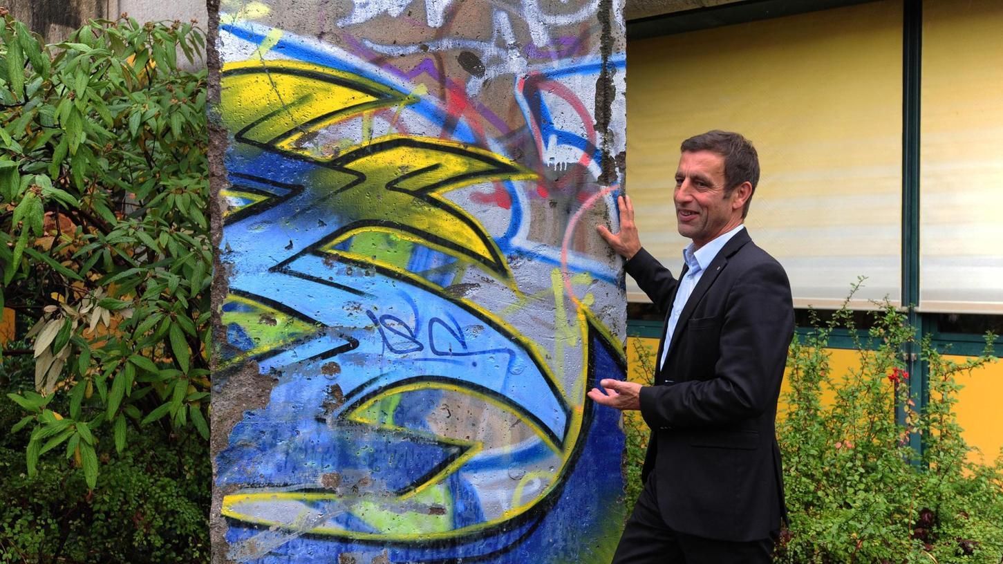 Zeitzeuge Lutz Quester und ein Teil der Berliner Mauer sollen Schülern, zeigen, welch hohes Gut die Freiheit ist.