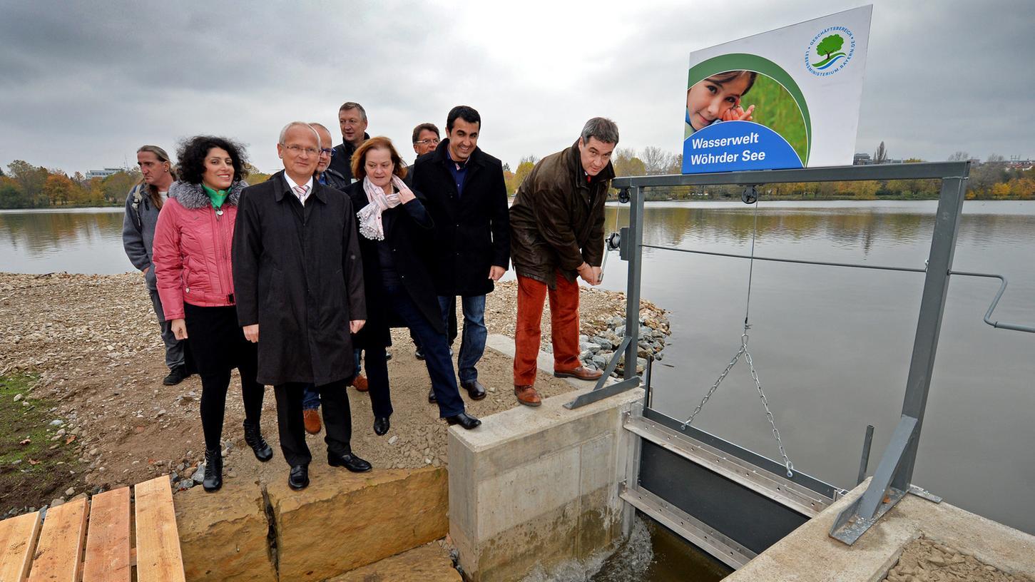 Der Bachlauf vom Südufer des Wöhrder Sees in den Goldbach ist am Freitagmittag in Nürnberg geflutet worden.