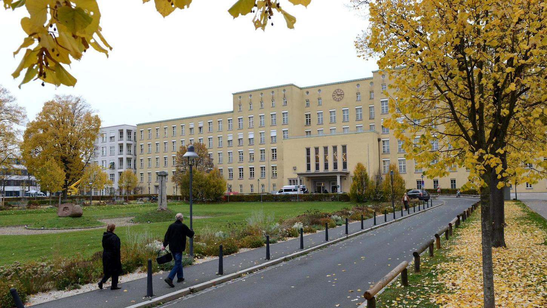 Ende der 80er und Anfang der 90er wurde das Hauptgebäude des Klinikums generalsaniert. In den kommenden Jahren muss erneut viel Geld für Renovierungsarbeiten ausgegeben werden.