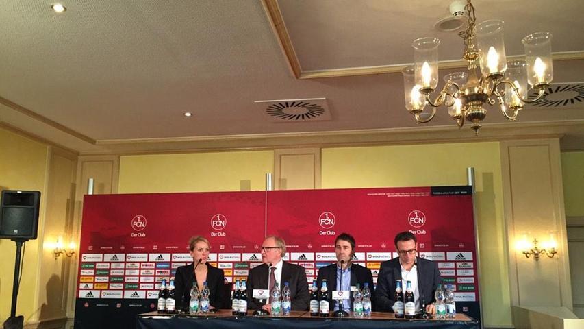 Mit auf dem Podest sitzt auch - neben Pressesprecherin Katharina Wildermuth und Aufsichtsratschef Thomas Grethlein - Sportvorstand Martin Bader. Ob Weiler schon ahnt, dass sich die Zusammenarbeit mit Bader durchaus schwierig gestalten werde?