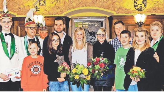 Die neuen Prinzenpaare heißen Sandra und Maximilian Hofmann (Mitte links), rechts daneben die Vorgänger Marina und Markus Wächter. Neues Kinderprinzenpaar ist Ronja Maier (schwarzer Pulli) und Oliver Diertl (links daneben). Mit im Bild unter anderem Präsidentin Elly Schübel (r.) und Nachwuchspräsident Martin Wagner (l.)