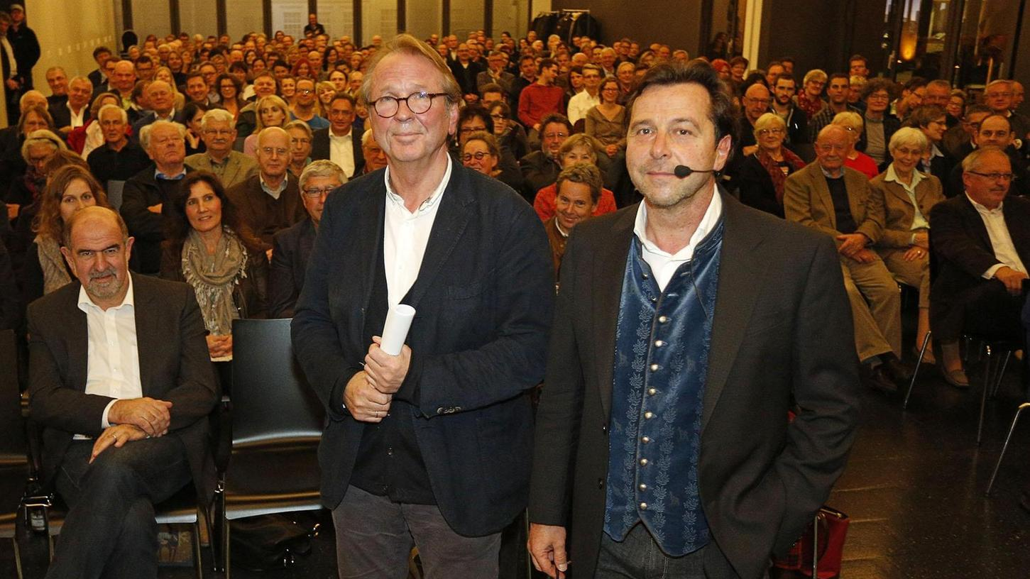 """""""Ist Wohnen nur Architektur?"""", fragte Alexander Brenner, hier rechts neben Johannes Berschneider, bei seinem BDA-Werkbericht im vollen Maybach-Museum."""