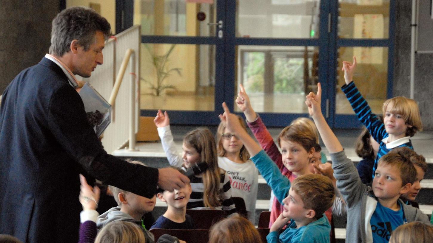 Die Kinder haben Holm Schneider aufmerksam zugehört, und jetzt wollen sie auch noch so einiges loswerden.