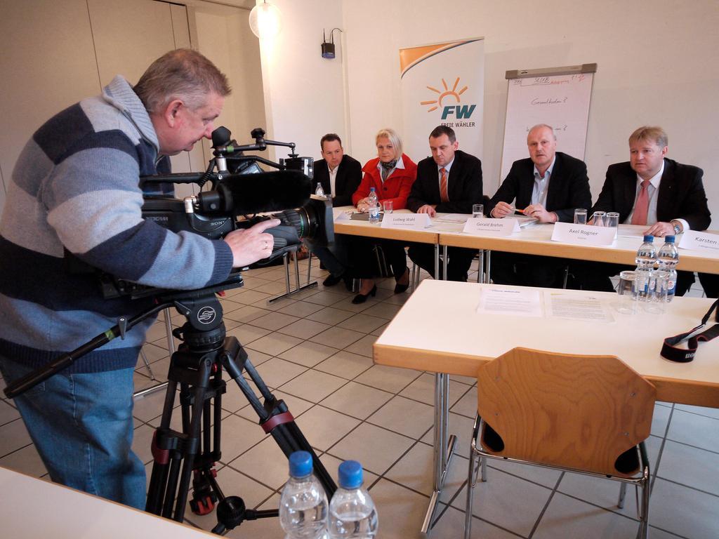 Die Freien Wähler im  Landkreis setzten sich in einem Bürgerbegehren gegen die  StUB durch. Die T-Lösung, also mit einem Ast Richtung Uttenreuth, ist seither durch eine L-Lösung ersetzt worden: Von Nürnberg über Erlangen nach Herzogenaurach.