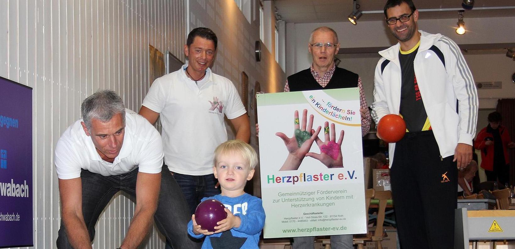 Beim Benefizkegeln waren zusammen mit dem kleinen Finn Gerhard Ellinger (links), im Hintergrund Thorsten Prennig, Günther Schmidt und Bürgermeister Ralph Edelhäußer.