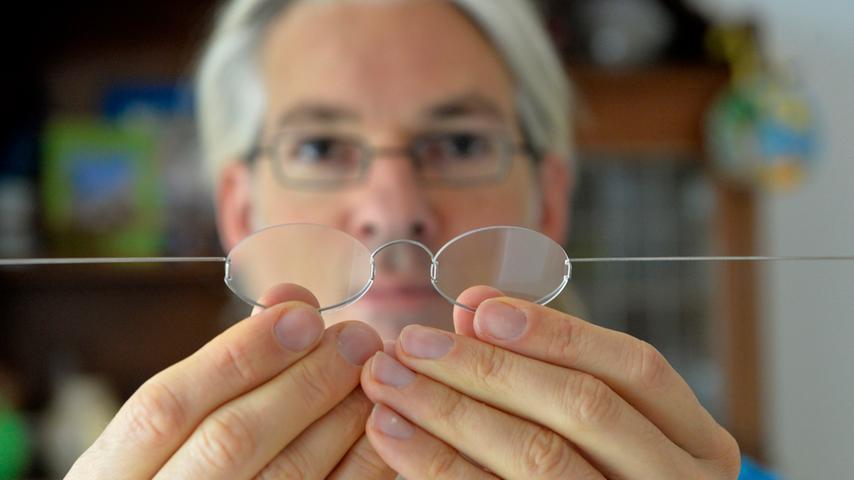 Erlangen: Der Erlanger Martin Aufmuth ist der Erinder der 1-Dollar-Brille und  auch des Know-How, diese schnell überall anzufertigen, wie er in seinem Haus in  Tennenlohe zeigt. 20.11.2014. Foto: Harald Sippel