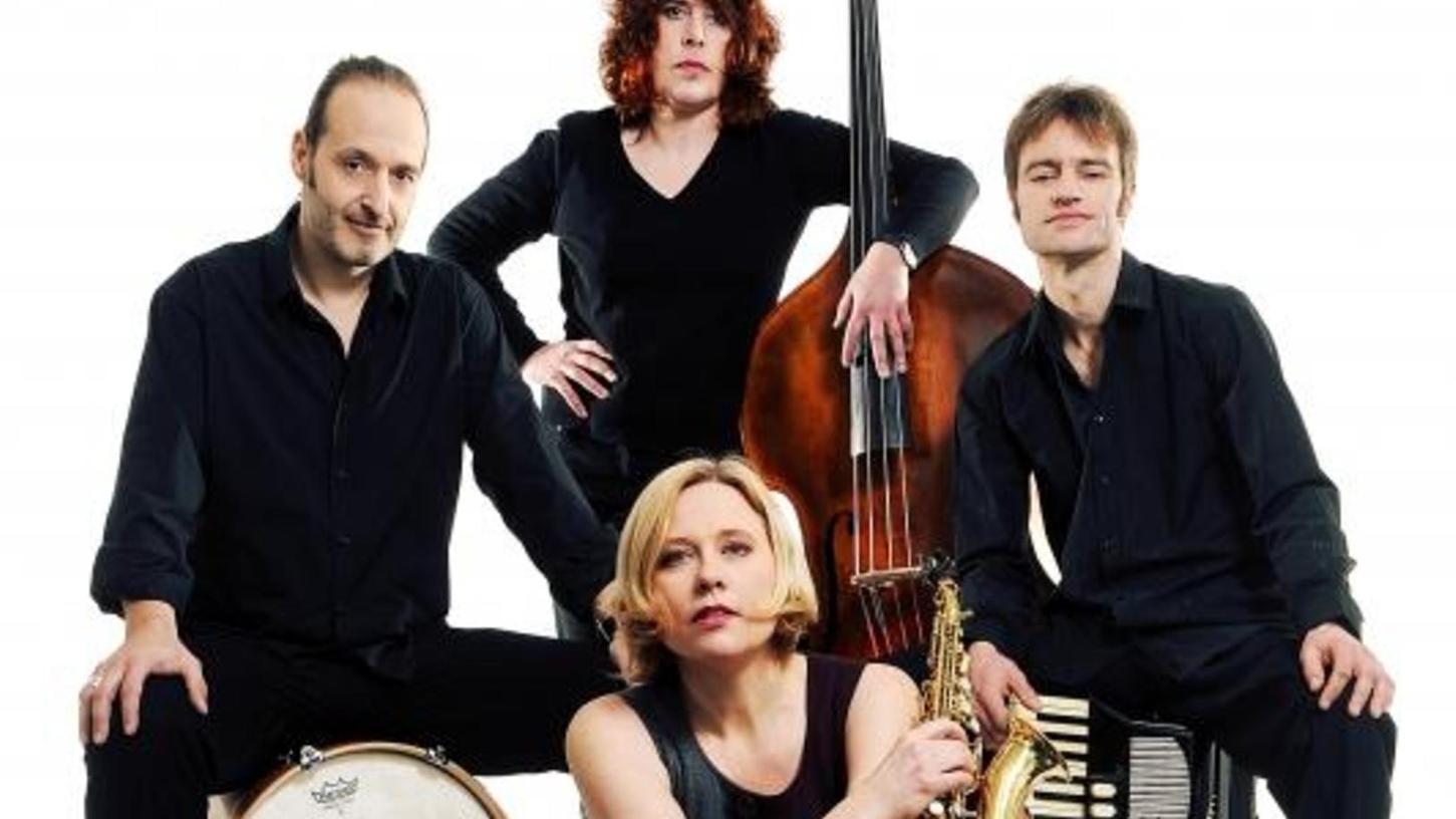 "Christina Fuchs (vorne) kommt mit ""No Tango"" nach Nürnberg."