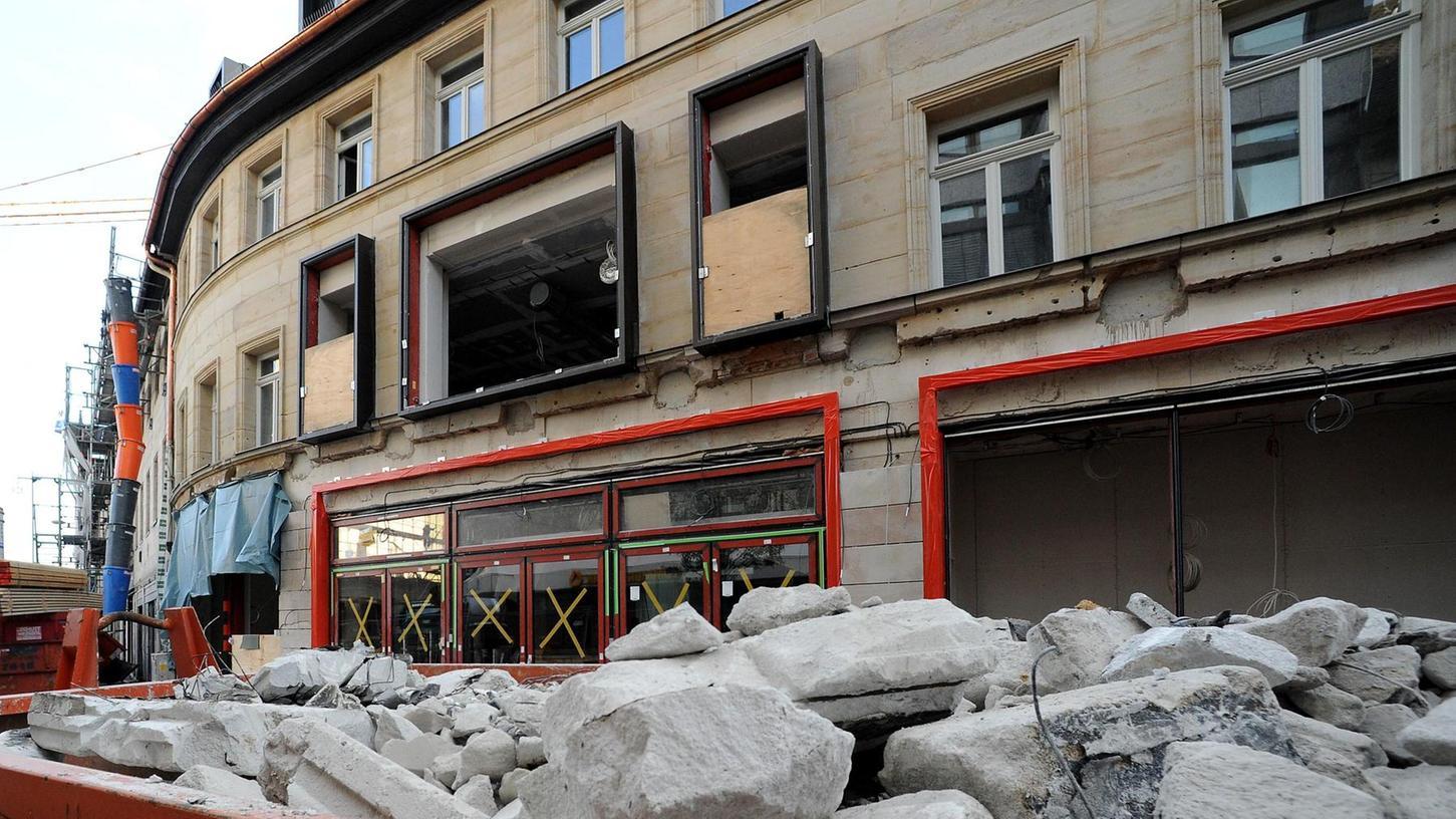 Die Fassaden der vier historischen Häuser an der Rudolf-Breitscheid-Straße sind weitgehend unversehrt, doch was im Rahmen des Umbaus dahinter geschah, ging Denkmalschützern zu weit.