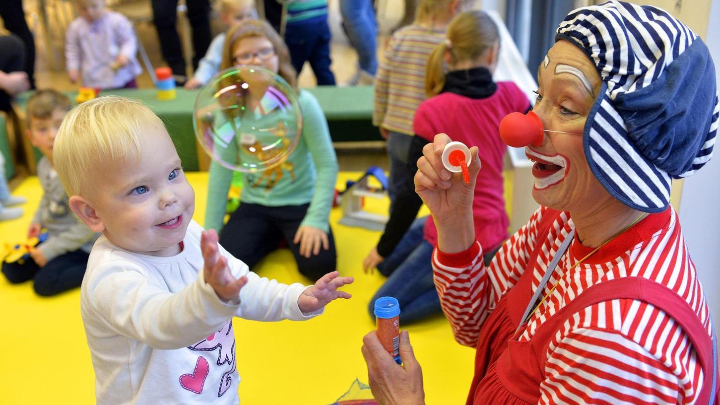 Tolle Dinger. Wie macht der Clown die bloß? Seifenblasen ließen dieses kleine Mädchen staunen beim Treffen der Frühgeborenen und ihrer Eltern im Klinikum Fürth.