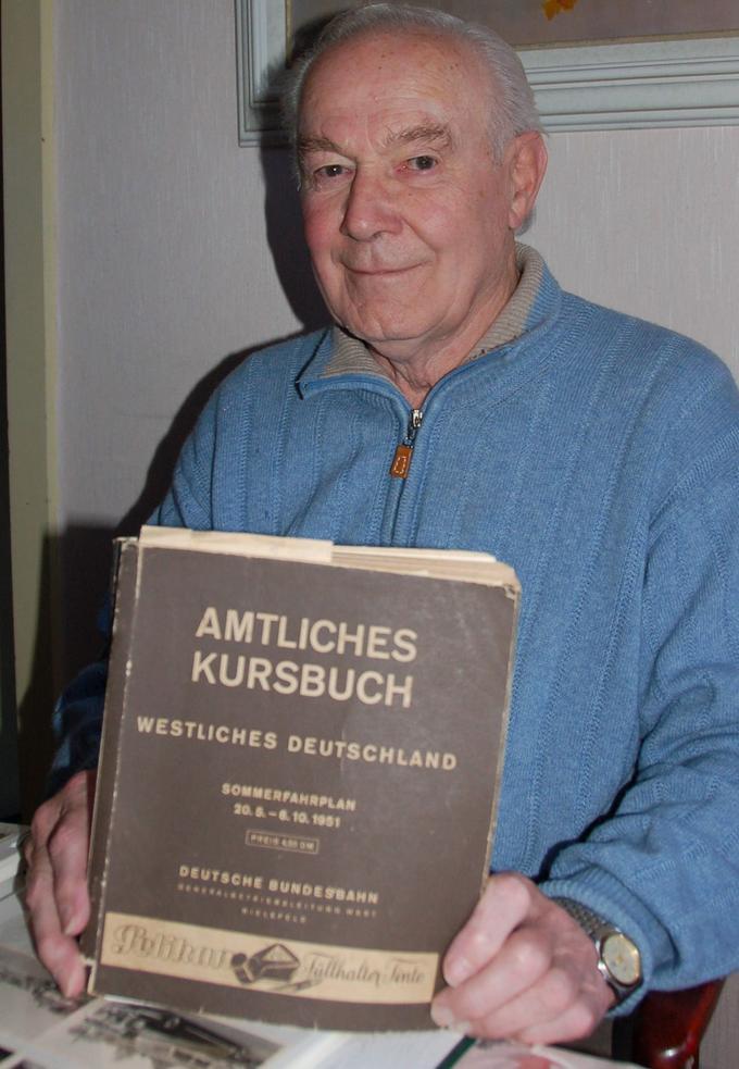 Erinnerungen eines Eisenbahners aus Leidenschaft: Der 85-jährige Maximilian Schreier hat alte Kursbücher gesammelt.