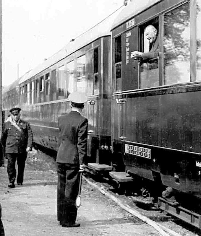 Kleiner Plausch mit dem Bundeskanzler: Bahnhofsvorsteher Maximilian Schreier ist auf diesem historischen Foto vom Aufenthalt Konrad Adenauers am Wendelsteiner Bahnhof leider nur von hinten zu sehen.
