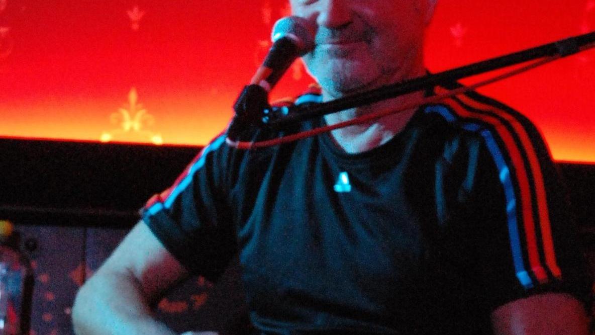 Mit ungewöhnlicher Spieltechnik erzielt der Gitarrist spannende Effekte.