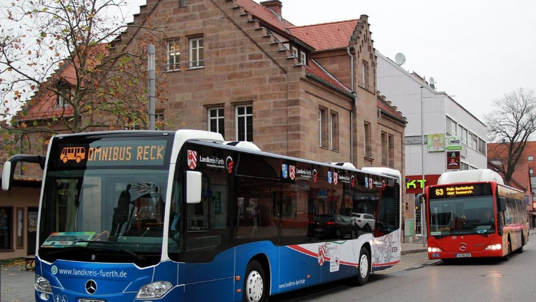Alt und neu auf einen Blick: Im blauen Landkreis-Design verkehren die Busse nun auch in Stein. Für die Nutzer des Nahverkehrs sollen die Fahrzeuge auch mehr Komfort bringen.