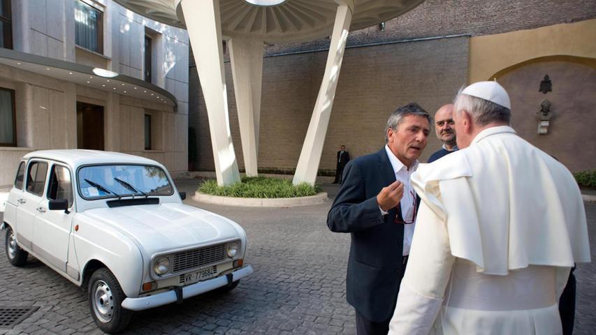 In den 70er- und 80er-Jahren hatte jeder einen - oder er kannte einen, der einen hatte: Der Renault R4 stand in Frankreich und in Deutschland buchstäblich an jeder Straßenecke und sogar Papst Franziskus höchstpersönlich fuhr mal R4. Zur Legende wurde der knuffige Renault aber nicht nur wegen seiner gewöhnungsbedürftigen Revolverschaltung: Man darf ihn ohne Übertreibung als den Urahn aller heutigen Hochdachkombis bezeichnen.