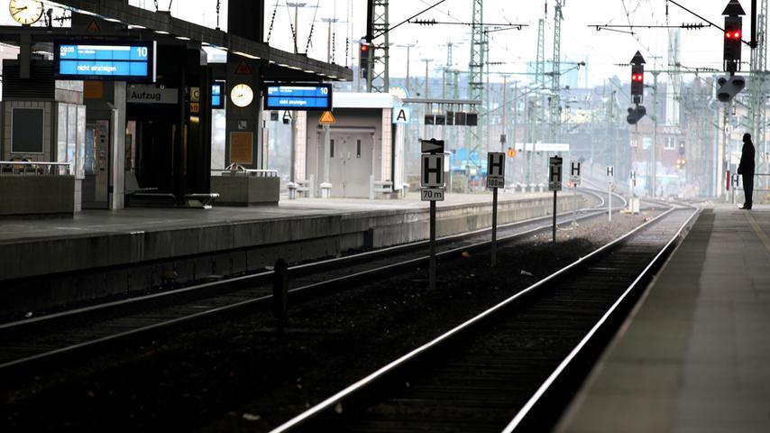 Leere herrscht am Freitag (25.02.2011) auf dem Hauptbahnhof in Düsseldorf. Zum  zweiten Mal in dieser Woche sorgen Lokführer auch in Nordrhein-Westfalen für  Durcheinander im Bahnverkehr. Mitglieder der Gewerkschaft der Lokomotivführer  (GDL) legen am Freitagvormittag erneut die Arbeit nieder. Foto: Martin Gerten  dpa/lnw +++(c) dpa - Bildfunk+++