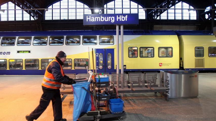 Ein Metronom bleibt am Dienstagmorgen (22.02.2011) während eines bundesweiten  Warnstreiks der Gewerkschaft der Lokomotivführer (GDL) auf dem Hauptbahnhof in  Hamburg stehen. Ein bundesweiter Warnstreik der Lokführergewerkschaft GDL hat  den morgendlichen Zugverkehr in Deutschland am Dienstagmorgen stark behindert.  Foto: Bodo Marks dpa/lno +++(c) dpa - Bildfunk+++