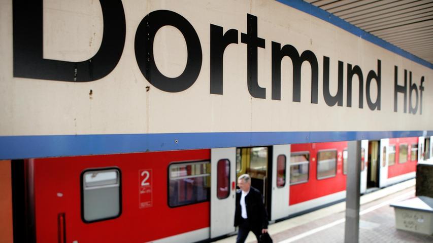 ARCHIV - Ein Mann passiert im Hauptbahnhof in Dortmund einen Zug der Deutschen  Bahn (Archivfoto vom 01.08.2006). Bundesanwaltschaft und Bundeskriminalamt  informieren am Freitag (18.08.2006) bei einer Pressekonferenz in Wiesbaden über  den Stand der Ermittlungen im Fall der Kofferbomben aus Regionalzügen in  Dortmund und Koblenz. Foto: Rolf Vennenbernd +++(c) dpa - Bildfunk+++