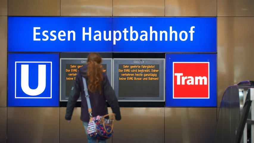 Eine Frau geht am Mittwoch (21.03.2012) in Essen eine Treppe am Hauptbahnhof  hinab, die zu den U-Bahn-Gleisen führt. Mit Arbeitsniederlegungen von Bus- und  Straßenbahnfahrern haben in Nordrhein-Westfalen die Warnstreiks der  Gewerkschaft verdi im öffentlichen Dienst begonnen. Foto: Bernd Thissen dpa/lnw  +++(c) dpa - Bildfunk+++