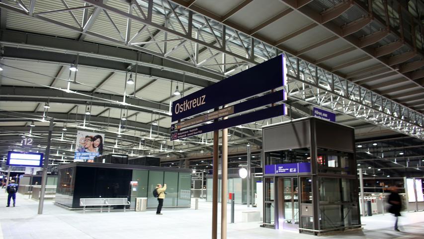 In der neuen Bahnhofshalle am Berliner Ostkreuz fahren am Montag (16.04.2012)  die ersten S-Bahn-Züge ein. Die 15 Meter hohe und 132 Meter lange Ringbahnhalle  wurde damit offiziell in Betrieb genommen. Die zweiwöchige Sperrung des  östlichen Rings hat damit ein Ende. Am Ostkreuz wird seit sechs Jahren gebaut,  die Arbeiten dauern bis mindestens 2016. Nun beginnt der Bau des  Regionalzug-Haltepunkts neben der neuen Ringbahnhalle. Den Bahnhof mit seinen  neun Linien nutzen täglich bis zu 140 000 Fahrgäste. Foto: Kay Nietfeld dpa/lbn  +++(c) dpa - Bildfunk+++