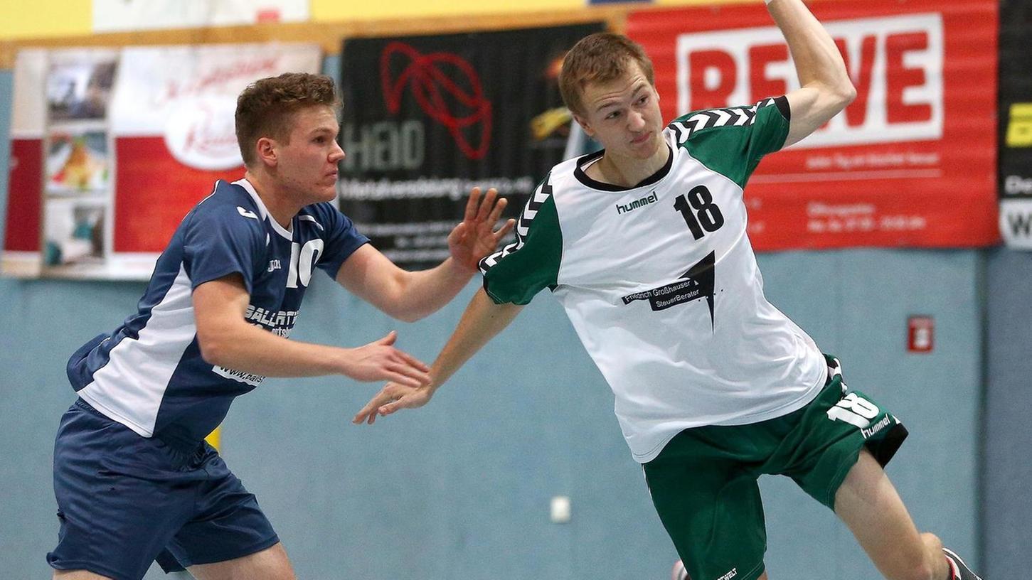 Der Zirndorfer Manuel Urban (rechts) war im Derby auch vom Fürther Jonas Brendel-Suchanek nicht zu halten: Drei Tore gelangen ihm, seinem Gegenspieler eines.