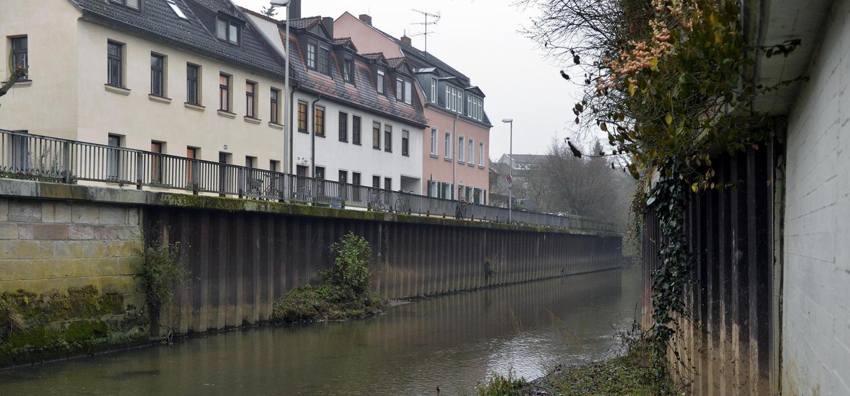 Die vorhandenen Schutzanlagen aus Spundwänden im Bereich Essenbacher Brücke sind in die Jahre gekommen und stellenweise angerostet. Sie gelten als nicht mehr standsicher und müssen ersetzt werden.