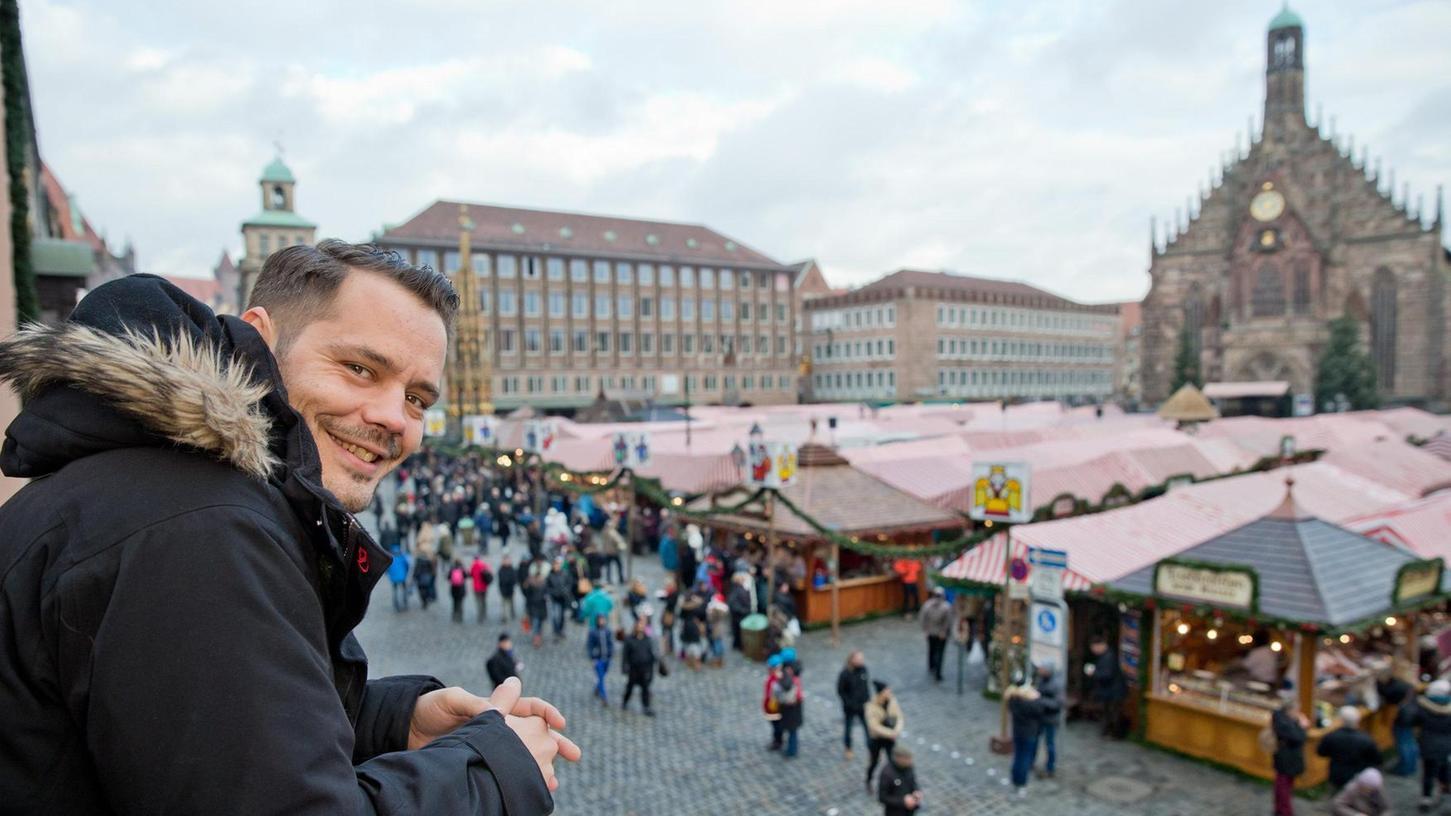 Der Mitarbeiter des Marktamts, Sebastian Buhl, vor der Kulisse des Christkindlesmarktes: Er sorgt dafür, dass alles glattläuft und die Besucher sich wohlfühlen.