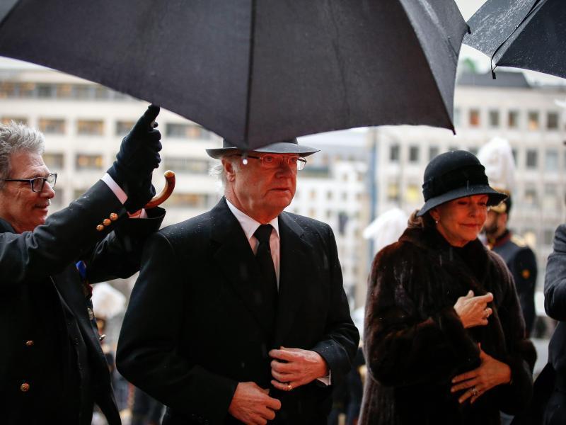Schwedens König Carl XVI. Gustav und seine Frau Silvia von Schweden bei der Ankunft in der Brüsseler Kathedrale.