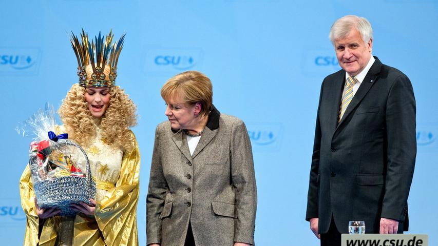 Weihnachtlicher Besuch auf dem CSU-Parteitag 2014 in Nürnberg: Christkind Teresa Treuheit übergab der Bundeskanzlerin einen Geschenkkorb.
