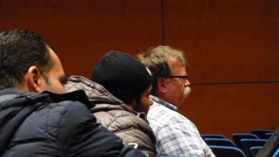 Chorleiter Dieter Weidemann ließ den Chor auch einmal aus der Besucherreihe auf sich wirken, in denen Asylbewerber und ehrenamtliche Betreuer die Probe verfolgten; eine interessiert wahrgenommene Begegnung mit der Kultur ihres Gastlandes.