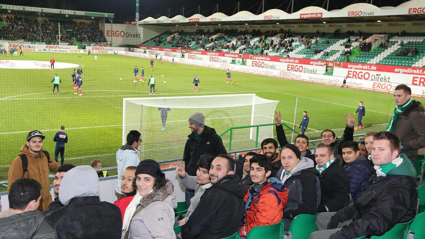 Premierenabend im Ronhof: Die SpVgg traf erstmals auf RB Leipzig, und erstmals mischte sich eine begleitete Gruppe von Flüchtlingen unter die Zuschauer.