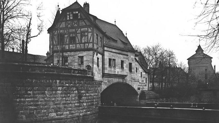 Der Ludwigstorzwinger war einst ein beliebtes Ausflugsziel für Nürnberger Familien. Architekt Conradin Walther baute 1898 das schmucke Restaurantgebäude auf die Stadtmauer. Im Zweiten Weltkrieg wurde es beschädigt und schließlich im Jahr 1961 abgerissen – vielleicht auch wegen seiner dunklen Vergangenheit, denn: er war ein Nazi-Treffpunkt. Sie planten, die Gastwirtschaft nach dem Zweiten Weltkrieg in ein