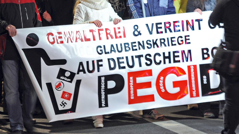 In Würzburg beteiligten sich 100 Menschen am Schweigemarsch der Pegida.